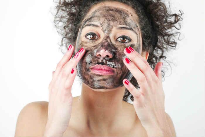 Tratamiento de belleza con carbón activado