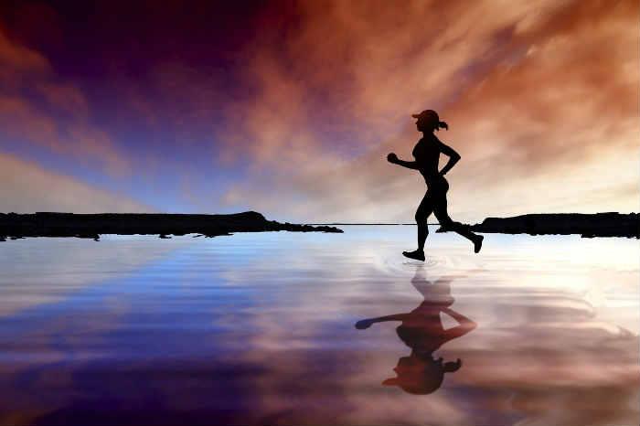 Mujer ejercitándose para prevenir várices