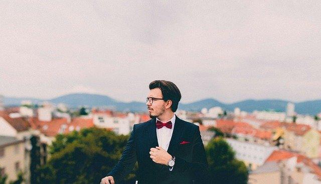 Un traje de dos piezas debe ser parte de las prendas básicas del armario de un hombre